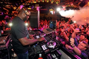 Shaq-behind-the-turntables-at-Chateau-Nightclub-Rooftop-753x502_zps44488379